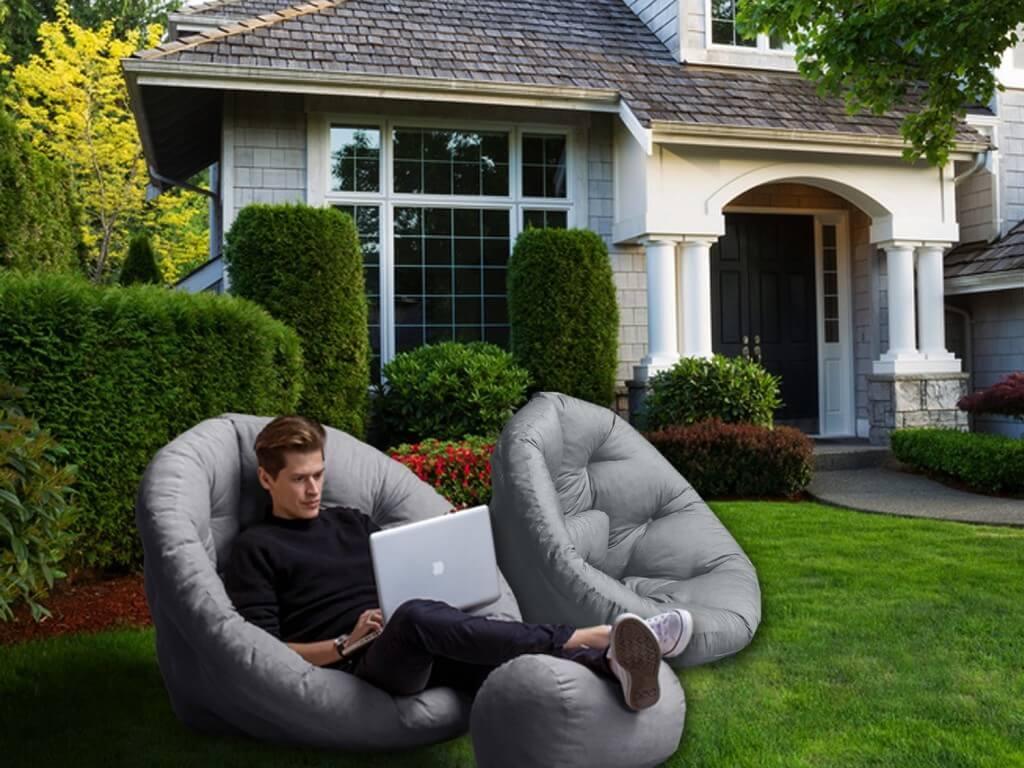 Outdoor Sitzsack - Mann in einem günstigen Outdoor Sitzsack vor dem Haus