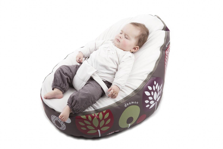 Baby im Sitzsack am schlafen