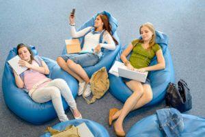 Gruppe von Fraune auf blauen Sitzäcken