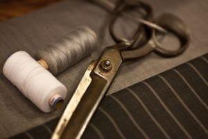 Schere und Faden um einen Sitzsack selber zu nähen
