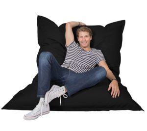 Mann auf einem riesigen Sitzsack