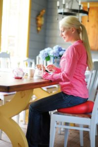 Frau sitzt auf einem Sitzkissen